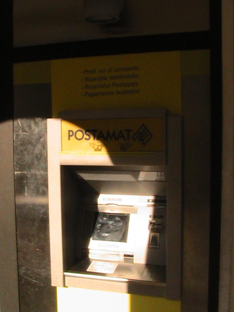 Il bancomat di Poste Italiane a Piazza del Borgo Marinaro.