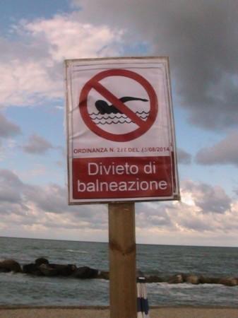Il divieto di balneazione piazzato oggi in spiaggia, al balneare Sulla cresta dell'onda, lungomare nord