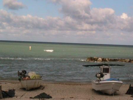 Il mare al largo della Piccola pesca, lungomare nord, alle 17. Verso la riva il colore dell'acqua è molto più chiaro