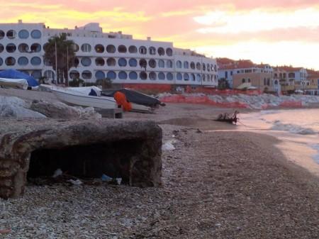 In serata il fosso della Fiumarella, che stamattina ha riversato in mare un'enorme chiazza d'acqua marrone e maleodorante, appare di nuovo asciutto