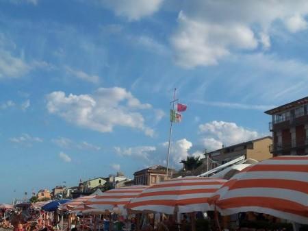 La bandiera rossa di pericolo in mare sventola su uno degli stabilimenti del centro storico