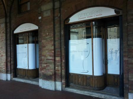 I cartelli che annunciano l'apertura di una nuova sezione del bar Centrale
