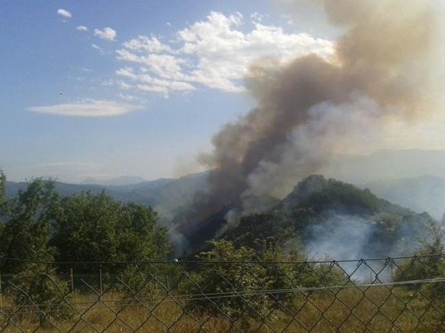 La collina in fiamme vista da Casamurana, frazione a due passi da Ascoli Piceno