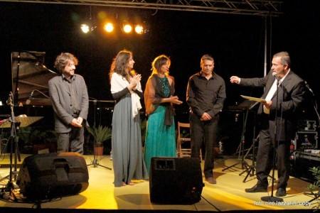 Gli artisti della lettura dantesca  al molo di Civitanova insieme all'organizzatore Francesco Sagripanti