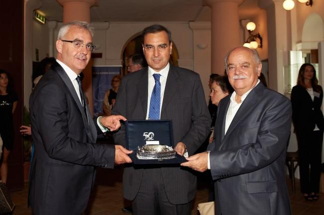 Rodolfo De Laurentis con il sindaco Carancini e il presidente Pettinari che gli consegnano una miniatura dello Sferisterio