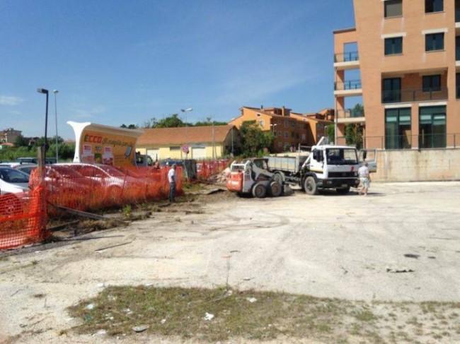 I lavori di pulizia nel parcheggio