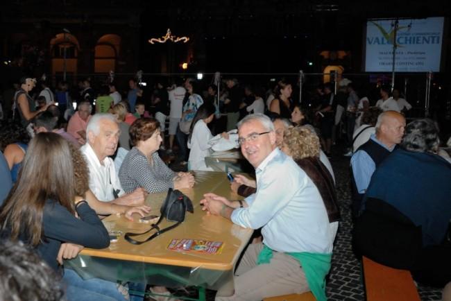 Il sindaco Romano Carancini a tavola con il menù a base di papera della Pro Loco