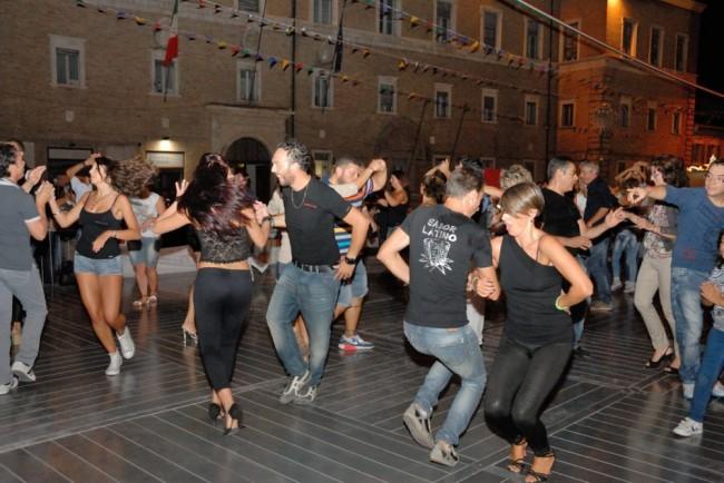 Il ballo in piazza sulle note di Casadei