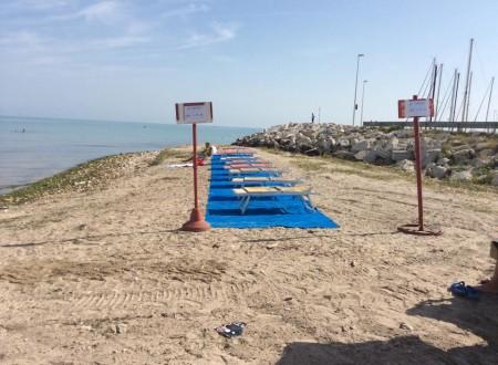 spiaggia libera occupata
