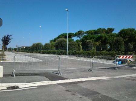 La Polizia municipale dopo lo sgombero ha transennato il parcheggio della nuova zona commerciale
