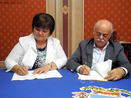 La firma dell'accordo tra Nelia Calvigioni e Antonio Pettinari