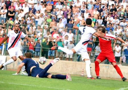 Un momento della gara d'andata: la Maceratese espugnò il Polisportivo vincendo 2 a 1