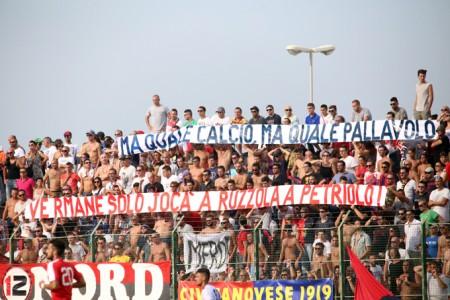 I tifosi della Civitanovese durante la gara d'andata