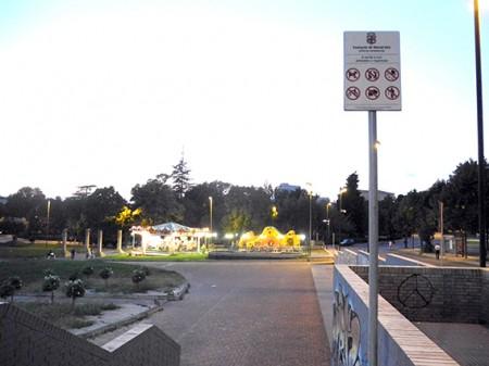 La terrazza dei popoli e il cartello con i divieti