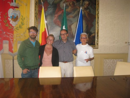 Il sindaco Tommaso Corvatta tra l'assessore all'ambiente Cristiana Cecchetti e a Giorgia Belforte di Legambiente. A sinistra Marco Cervellini