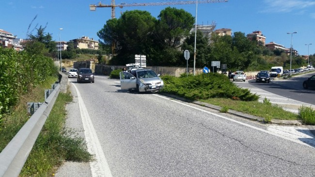 Una delle macchine coinvolte nello scontro in via Mattei