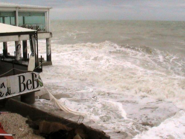 La forza delle onde si infrange sui piloni dello stabilimento Bebo's