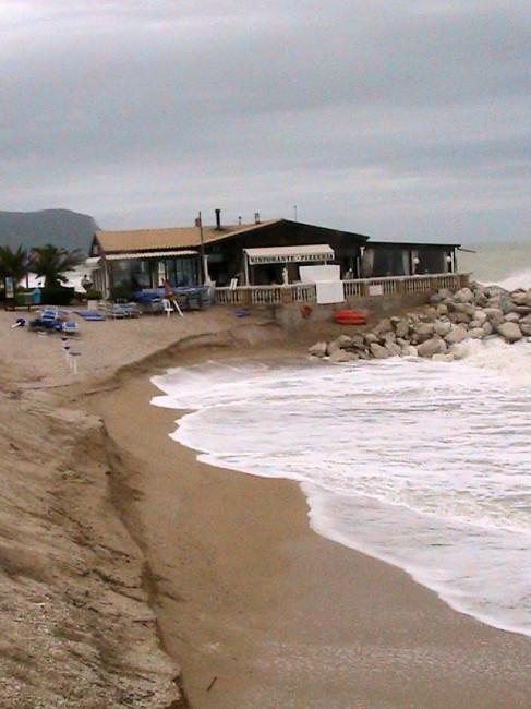 La spiaggia a sud dello stabilimento-ristorante Acropoli