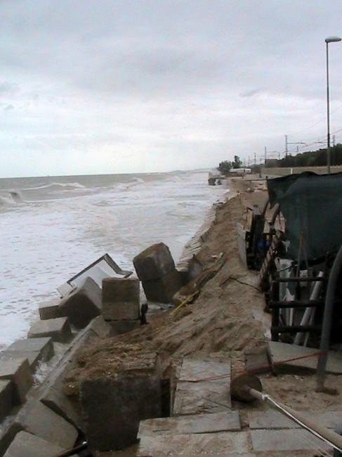 Quello che resta della spiaggia dello chalet Mauro, dove fino ad agosto c'erano circa 20 ombrelloni