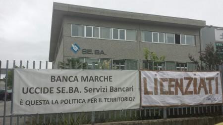 I cartelli apparsi sui cancelli della Seba