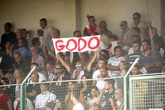 Tifosi della Maceratese in festa per aver vinto il derby del Polisportivo