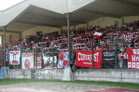 La tifoseria della Maceratese durante il derby di ieri a Civitanova