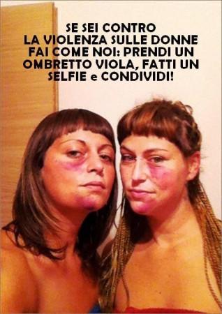 Valentina Lucchetti, a sinistra nella foto, ha promosso l'iniziativa virale contro la violenza alle donne, con un selfie su Facebook e due dita di ombretto viola sul viso