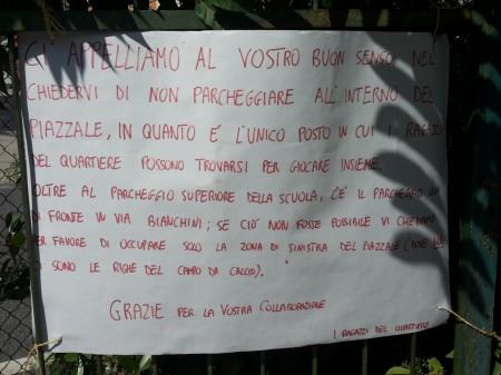 Il cartello affisso sul cancello dello spiazzo dietro alla scuola Enrico Fermi