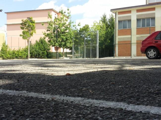 Le strisce disegnate sullo spiazzo dietro alla Enrico Fermi