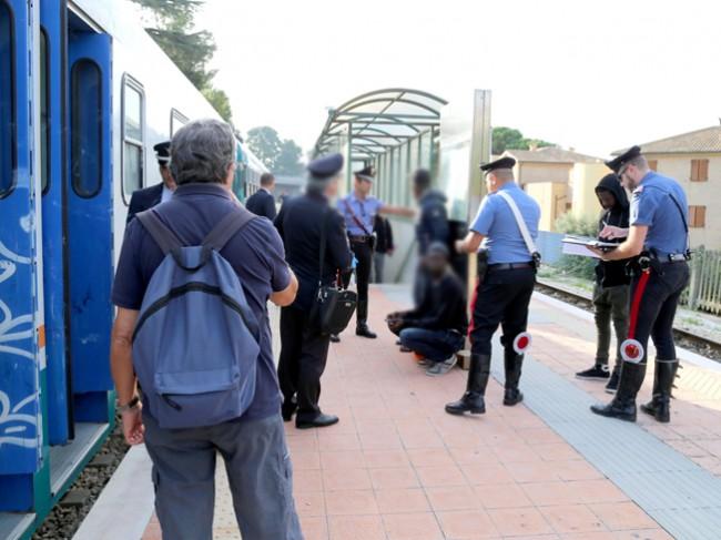 controlli passeggeri alla stazione (5)