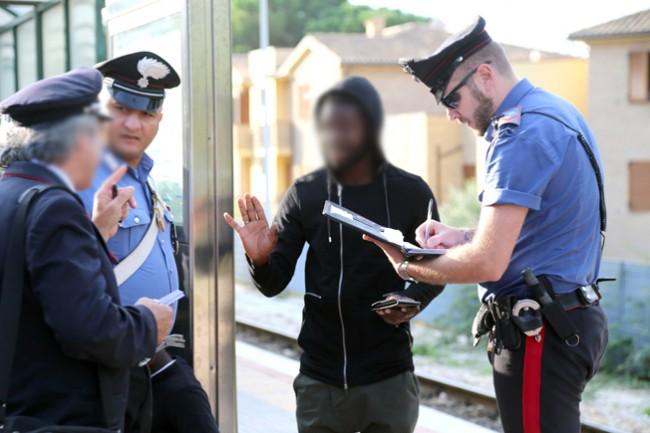 controlli passeggeri alla stazione (6)