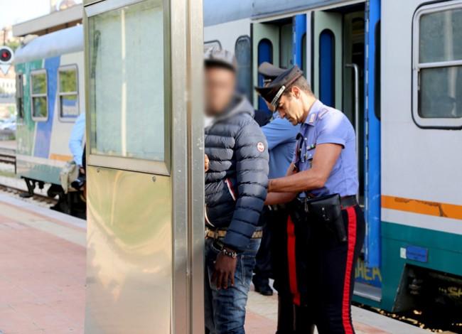 controlli passeggeri alla stazione (8)