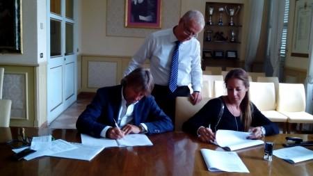 Il segretario Mariotti assiste alla firma del contratto di gestione fra Giuliano Ginnobili (Palace srl) e Nicla Mazzocchitti (Sfera srl)