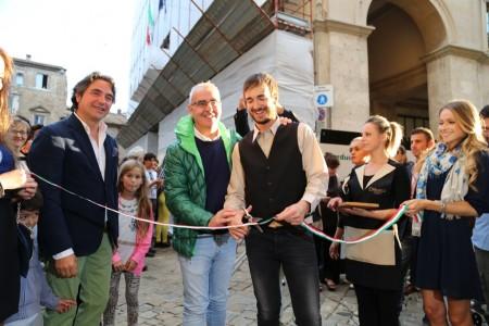 Il sindaco Romano Carancini e il gestore de Di Gusto Italiano, Marco Guzzini al taglio del nastro