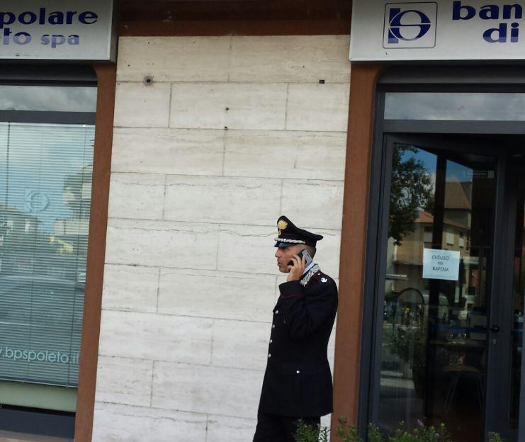 Il maggiore Tullio Palumbo, comandante della Compagnia dei  carabinieri di Macerata durante gli accertamenti sul luogo della rapina