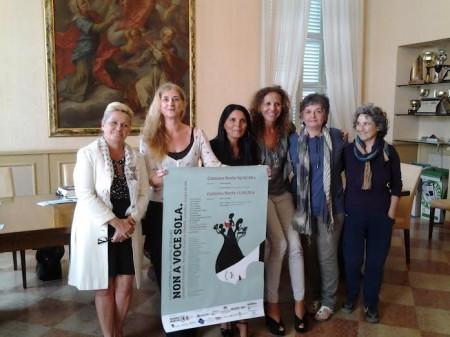 Nella foto da sinistra l'assessore Cristiana Cecchetti, Rosetta Martellini presidente dei TdC, Oriana Salvucci, Maria Grazia Baiocco, Monica Quintabà e Antonia Talamonti dell'associazione Donne di Mondo