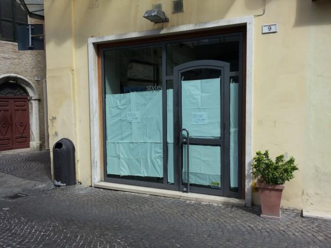 La vetrina dell'ottica Pietroni dopo la chiusura dei giorni scorsi