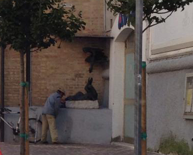 Un mendicante mentre urina su Palazzo Sforza. Il senzatetto è stato sorpreso oggi mentre impunemente fa pipì su Corso Umberto I