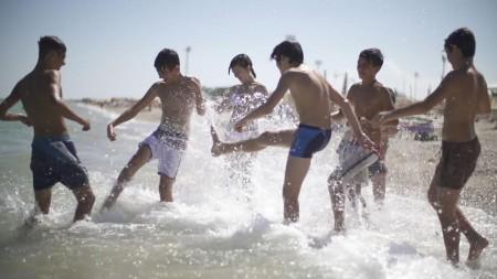 Giovani che giocano in mare ripresi nel video promozionale
