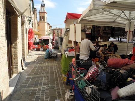 Le bancarelle in piazza Mazzini durante il mercato del mercoledì