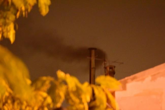 Dal comignolo del palazzo esce abbondante fumo.