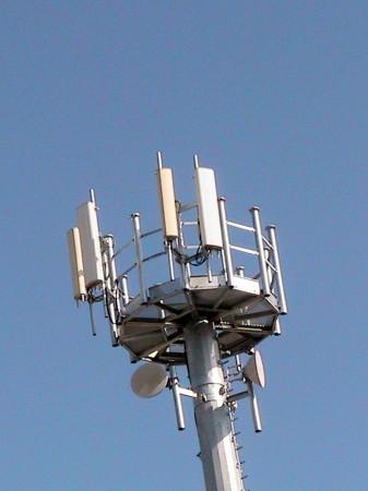 Lantenna-di-via-Marconi-è-una-stazione-radio-che-dà-campo-ai-cellulari.