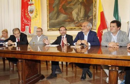 Al centro il vice ministro Riccardo Nencini insieme al vice sindaco Giulio Silenzi e al sindaco Tommaso Corvatta durante un incontro dello scorso ottobre in cui ha annunciato il No al cavalcavia