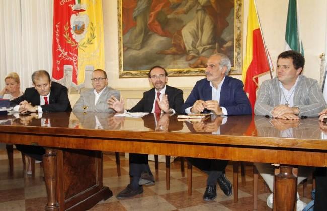 al centro il vice ministro Riccardo Nencini insieme al vice sindaco Giulio Silenzi e al sindaco Tommaso Corvatta a Civitanova
