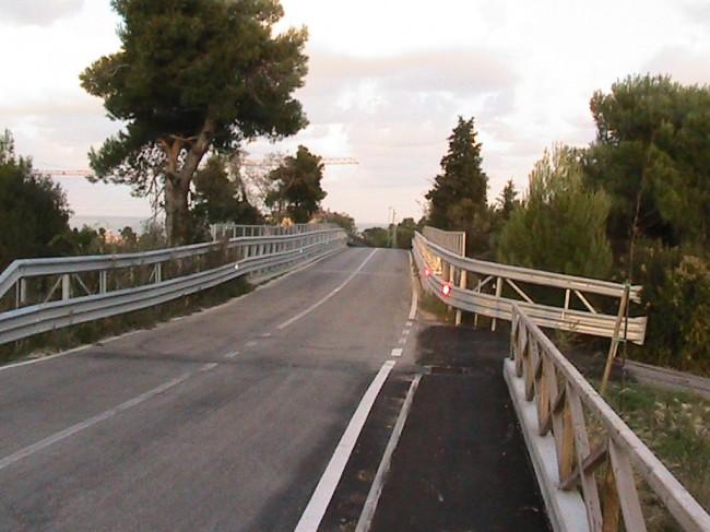 Oggi il marciapiede del Burchio si ferma davanti al ponte sulla A14. Coneroblu chiederà ad Autostrade di poter costruire una camminata a sbalzo
