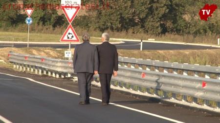 La passeggiata riservata sul ponte di Gian Mario Spacca e Pierferdinando Casini