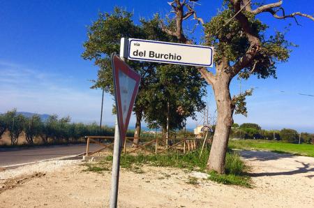 Via del Burchio si dirama da via Montarice direzione sud est. Dall'incrocio si vedono la fermata del bus e il Conero