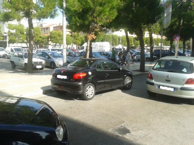 L'auto parcheggiata in maniera errata che ha bloccato il traffico