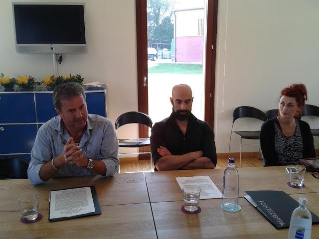 Da sinistra Nazario Pignotti amministratore dell'azienda Fontezoppa, Francesco Pettorossi, chef della locanda e Caterina Trucchia dell'associazione Franco che cura la rassegna artistica