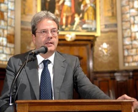 Il ministro Paolo Gentiloni in un incontro nella chiesa di San Catervo, a Tolentino
